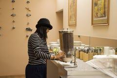 Женщина азиатских путешественников тайская есть завтрак в зале ресторана Стоковые Изображения RF