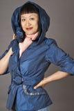 женщина азиатского голубого пальто с капюшоном стоковое изображение