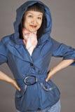 женщина азиатского голубого пальто с капюшоном стоковые фотографии rf