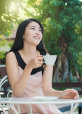женщина азиатского кофе выпивая Стоковая Фотография RF