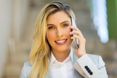 женщина азиатской коммерсантки предпосылки кавказская изолировала белизну костюма гонки телефона смешанной модели ся говоря Стоковое фото RF