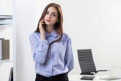 женщина азиатской коммерсантки предпосылки кавказская изолировала белизну костюма гонки телефона смешанной модели ся говоря Стоковая Фотография