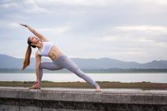 Женщина Азии делая тренировку фитнеса йоги Стоковая Фотография RF