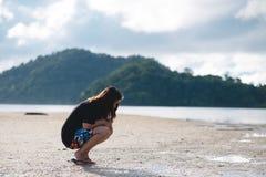 Женщина Азии нося черную рубашку она сидя и смотря влажный san Стоковая Фотография