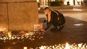 Женщина аранжируя кассету около свечей в центре страсбурга сток-видео