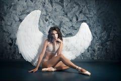 Женщина артиста балета в роли белого ангела наконечников стоковые фото
