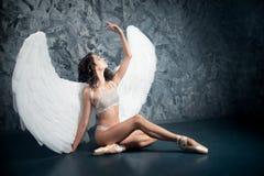 Женщина артиста балета в роли белого ангела наконечников стоковое изображение