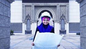 Женщина архитектора молодая мусульманская на работе Стоковые Фото