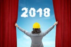 Женщина архитектора раскрывая красный занавес с 2018 номерами Стоковая Фотография