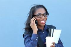женщина африканского мобильного телефона говоря стоковые изображения rf