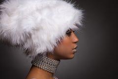 женщина африканского серебра ожерелья шлема белая Стоковая Фотография
