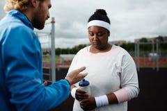 женщина африканца плюс-размера тренера Вес-потери мотируя Стоковая Фотография