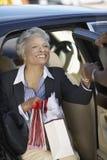 Женщина афроамериканца с хозяйственными сумками Стоковые Изображения
