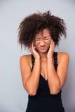 Женщина Афро американская покрывая ее уши Стоковые Фото