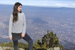 Женщина альпиниста na górze горы Стоковые Изображения