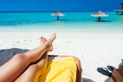 Женщина дальше sunbed на пляже на тропическом острове Стоковое Изображение RF