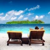 Женщина дальше sunbed на тропическом пляже Стоковая Фотография RF