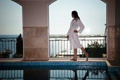 женщина бассеина bathrobe Стоковая Фотография