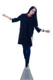 Женщина балансирует на крае Стоковое Изображение RF