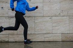 Женщина бегуна бежать в городе в дожде Jogging тренировка для m Стоковое Изображение RF