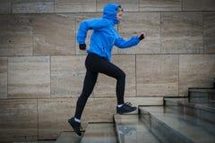 Женщина бегуна бежать в городе в дожде Jogging тренировка для m Стоковое Фото