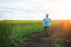Женщина бегуна бежать на дороге в красивой природе Стоковое Изображение