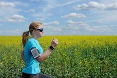 Женщина бегуна бежать на дороге в красивой природе Стоковая Фотография