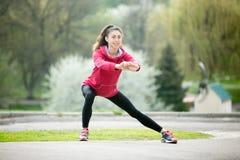 Женщина бегуна делая сторону делать перед jogging Стоковое Фото