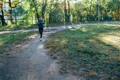 Женщина бегуна jogging в парке осени Стоковое Фото