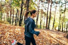 Женщина бегуна jogging в парке осени Стоковые Изображения