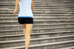 Женщина бежать вверх на каменных лестницах Стоковые Фотографии RF