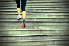Женщина бежать вверх на каменных лестницах Стоковые Изображения