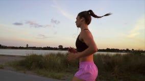 Женщина бежать вдоль пляжа акции видеоматериалы