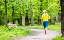 Женщина бежать в парке лета стоковое изображение rf