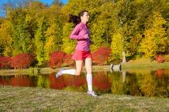 Женщина бежать в парке осени, красивый бегун девушки jogging outdoors Стоковые Фото