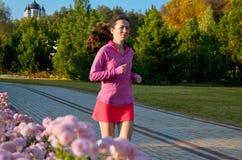 Женщина бежать в парке осени, красивый бегун девушки jogging outdoors Стоковое Изображение RF