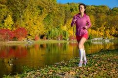 Женщина бежать в парке осени, красивый jogging бегуна девушки Стоковое Изображение