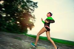 Женщина бежать в сельской местности стоковая фотография rf