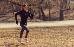 Женщина бежать в утре Стоковое Фото