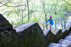 Женщина бежать лестницы в парке стоковое изображение