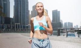 Женщина бежать или jogging над улицей города Дубай Стоковое Фото