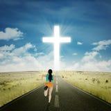 Женщина бежать к кресту стоковые фото