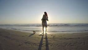 Женщина бежать к человеку и скача в его оружия на пляже видеоматериал