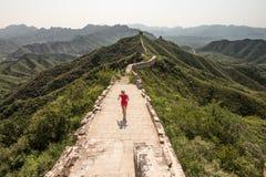 Женщина бежать на Великой китайской стене Стоковая Фотография