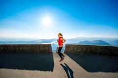 Женщина бежать на дороге горы стоковые фотографии rf
