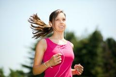 Женщина бежать на парке стоковые фото