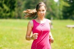 Женщина бежать на парке стоковые изображения rf