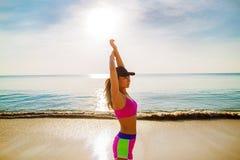 Женщина бежать на пляже, девушка делая спорт потеря внешних, фитнеса и веса стоковое изображение