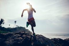 Женщина бежать на тропическом пляже стоковое изображение rf