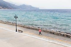 Женщина бежать на улице города на взморье Стоковая Фотография RF